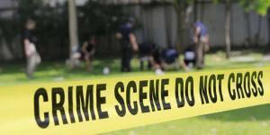 Décès par fusil de chasse: Surtout à courte distance, les homicides et les suicides par fusil de chasse dépensent le plus de sang, d'os et de tissus mous. Des coups de fusil de chasse à la tête construiront le crâne, incorporant souvent des restes humains dans les murs, les plafonds et les sous-planchers. Le sang s'embue et se propage à l'extérieur de la zone immédiate. Lorsqu'il y a eu un coup de fusil de chasse direct sur la tête, il n'est pas rare de trouver du sang, des os, de la peau et des cheveux dans des endroits inattendus. Nous avons entendu des histoires horribles de membres de la famille trouvant du matériel biologique sous ou derrière des meubles alors que des professionnels des scène de crime n'étaient pas engagés pour effectuer un nettoyage en profondeur d'une scène de tir.